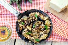 De auberginesaubergines sautéed met broodkruimels en kaas royalty-vrije stock foto