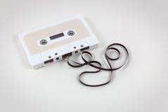 De audiocassetteband met trekt band terug Royalty-vrije Stock Foto's