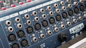 De audiocontactdozen van de productieconsole stock video