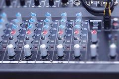 De audiohefboom en de draden verbonden met audiomixer, het materiaal van muziekdj bij overleg, festival, bar stock afbeeldingen
