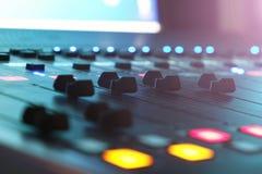 De audiomixer in de Studio, de handvatten beweegt zich op en neer, allen klaar te registreren royalty-vrije stock afbeeldingen