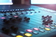 De audiomixer in de Studio, de handvatten beweegt zich op en neer, allen klaar te registreren royalty-vrije stock foto's