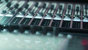 De audiomixer van de muziekstudio De Streek Correcte Golven van de digitale vertoningsclub stock video