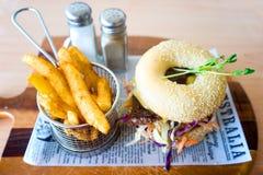 De Australische Hamburger van het Ongezuurd broodjevarkensvlees met Spaanders Stock Afbeeldingen