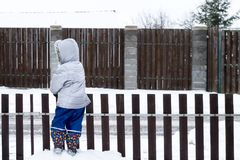 De authentieke levensstijl wintergarden scène met unrecognisable jong geitje royalty-vrije stock afbeeldingen