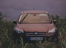 De auto in de aard, in slecht weer wordt geparkeerd dat royalty-vrije stock fotografie