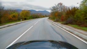 De auto berijdt onderaan de bergweg De mening van de eerste-persoon stock videobeelden
