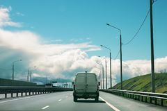 De auto berijdt op een asfalt lege weg Stil kalm zonnig dagverstand stock foto's