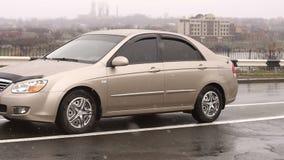 De auto bevindt zich op een lege weg in de winter in de regen en de sneeuw stock footage