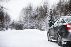 De auto bevindt zich op een snow-covered weg royalty-vrije stock afbeeldingen