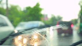 De auto beweegt zich rond de stad in de regen stock videobeelden