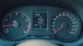 De auto binnenlandse details van de luxe Snelheidsmeter en stuurwiel stock footage