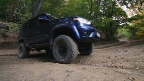 De auto in de bergen stock video