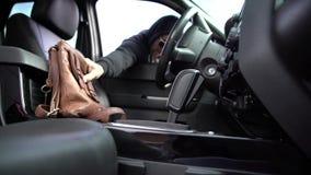 De auto die van de diefzak misdadiger stelen stock video