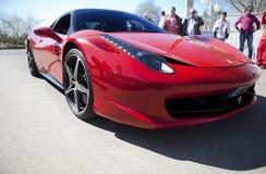 De auto die van Ferrari F458 bij toevluchtfaciliteiten binnengaan Royalty-vrije Stock Afbeeldingen