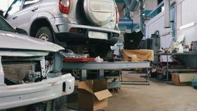 De auto die voor professionele diagnostiek in de autodienst voorbereidingen treffen, sluit omhoog stock video