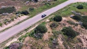 De auto drijft op de weg stock videobeelden