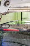De auto is droog na was in een autowasserette stock fotografie
