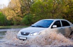De auto dwingt water Royalty-vrije Stock Afbeeldingen