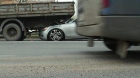 De auto en de vrachtwagen van neerstortingsmercedes stock video