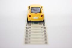 De auto en het geld van het stuk speelgoed Royalty-vrije Stock Afbeeldingen