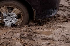 de auto is geplakt op een slechte weg in de modder Royalty-vrije Stock Foto