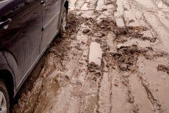 de auto is geplakt op een slechte weg in de modder Royalty-vrije Stock Fotografie