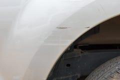 De auto heeft met diepe schade aan de verf, autoongeval gekrast royalty-vrije stock foto