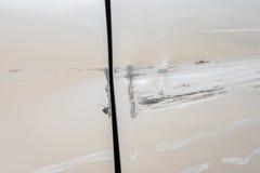 De auto heeft met diepe schade aan de verf, autoongeval gekrast stock afbeelding