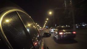 De auto in het verkeer van de nachtstad stock video