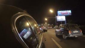 De auto in het verkeer van de nachtstad stock footage