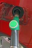 De auto maakt een levering van groene brandstof zonder lood stock foto's
