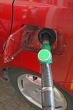 De auto maakt een levering van groene brandstof zonder lood stock afbeelding