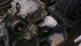 De auto mechanische revisie de motor door reparatie en neemt een nieuw vervangstuk stock videobeelden