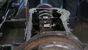 De auto mechanische revisie de motor door reparatie en neemt een nieuw vervangstuk stock footage