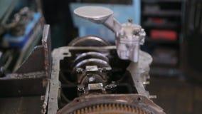 De auto mechanische revisie de motor door reparatie en neemt een nieuw vervangstuk stock video