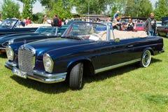De auto Mercedes-Benz 220 SE-Cabriolet &#x28 van de ware grootteluxe; W111) Royalty-vrije Stock Foto's
