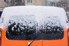 De auto, met dikke laag van sneeuw wordt behandeld die stock afbeelding
