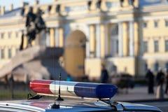 De auto met een politieflitser in de stad van St. Petersburg, Rus Royalty-vrije Stock Foto