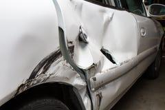 Gedeukte omhoog auto van een wrak stock foto's