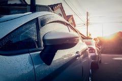 De auto is nat met dauw in de ochtend Stock Foto