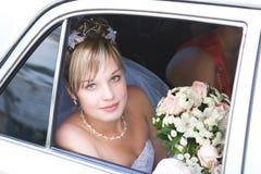 In de auto om de bruidegom te ontmoeten Stock Fotografie