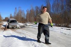 De auto op bosweg, mens wordt geplakt trekt kabel automobielkruk die Stock Fotografie
