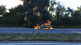De auto is op brand stock videobeelden