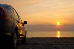 De auto is op de overzeese kust Royalty-vrije Stock Afbeelding