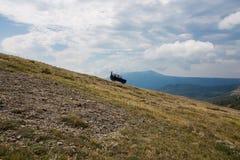 De auto op een achtergrond van wolken Royalty-vrije Stock Afbeeldingen