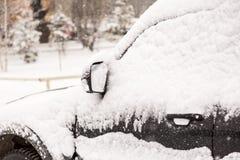 De auto poederde witte pluizige December-sneeuw stock afbeeldingen