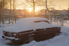 De auto poederde witte pluizige December-sneeuw stock foto's