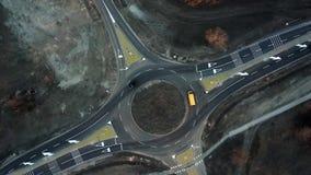 De auto's bewegen zich door een onlangs gebouwde rotonde