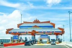 De Auto's die in de tolpoort een rij vormen van Bali Tollway Stock Foto